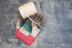 Rouleau de ficelle et paires de Muddy Gardening Gloves Photo stock
