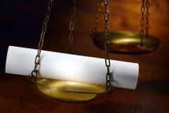Rouleau de papier blanc sur l'échelle d'équilibre de justice Images libres de droits
