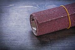 Rouleau de papier d'émeris sur l'équipement d'abrasif de panneau en bois de vintage Image libre de droits