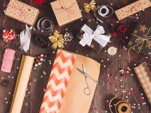 Rouleau de papier d'emballage de papier d'emballage avec des ciseaux pour couper le boîte-cadeau de Noël d'emballage Images libres de droits