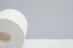 Rouleau de papier hygiénique sur le fond gris Image libre de droits