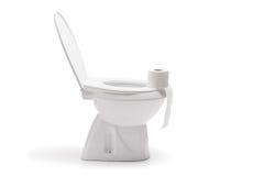 Rouleau de papier hygiénique sur une cuvette des toilettes en céramique Photo stock