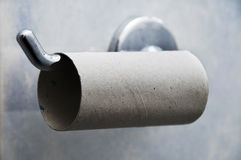 Rouleau de papier hygiénique vide s'arrêtant sur le support Photographie stock libre de droits