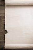 Rouleau de parchemin sur le bois Images libres de droits