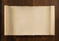 Rouleau de parchemin sur le bois Photographie stock libre de droits