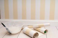 Rouleau de peinture avec des échantillons de peinture photographie stock libre de droits