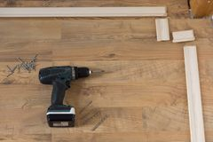 Rouleau de peinture avec des échantillons de peinture Installation des bâtis de plancher Outils sur le plancher image libre de droits