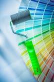 Rouleau de peinture d'échantillonneur de couleur sur la surface blanche Photo stock