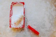 Rouleau de peinture dans le plateau Peinture blanche photo stock