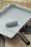 Rouleau de peinture et carter d'égouttement image libre de droits
