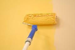 Rouleau de peinture jaune de mur Images libres de droits