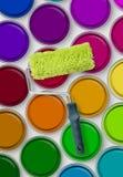 Rouleau de peinture sur des bidons de peinture Photo libre de droits