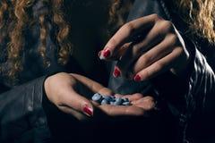 rouleau de poudre d'argent et de drogue, Femme avec des pilules à disposition prenant un Photos libres de droits