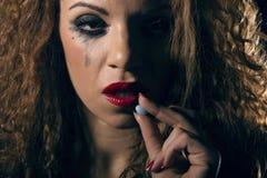 rouleau de poudre d'argent et de drogue, pillule prenant la femme photographie stock libre de droits