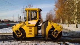 Rouleau de route à un site de construction de routes un jour d'hiver image libre de droits