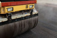 Rouleau de route aplatissant le nouvel asphalte Images stock