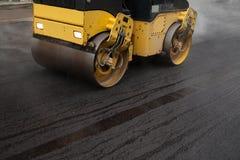 Rouleau de route aplatissant le nouvel asphalte Image stock