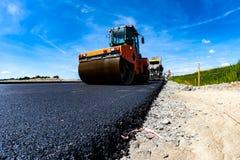 Rouleau de route travaillant au chantier de construction Photographie stock libre de droits