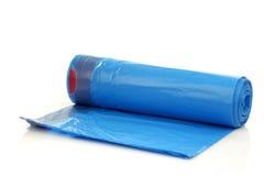 Rouleau de sacs d'ordures bleus photos libres de droits