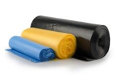 Rouleau de sacs de déchets en plastique d'isolement sur le blanc photos stock