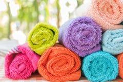 Rouleau de serviettes multicolores sur la nappe photos libres de droits