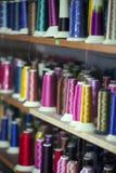 Rouleau de textile de tissu de coton de fibre sur le fil de cordages de bobine et de lumière Photographie stock