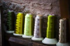 Rouleau de textile de tissu de coton de fibre sur le fil de cordages de bobine et de lumière Photos libres de droits