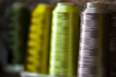 Rouleau de textile de tissu de coton de fibre sur le fil de cordages de bobine et de lumière Image libre de droits
