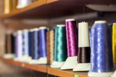 Rouleau de textile de tissu de coton de fibre sur le fil de cordages de bobine et de lumière Photographie stock libre de droits