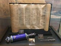 Rouleau de Torah et un rouleau bleu d'Esther Image libre de droits