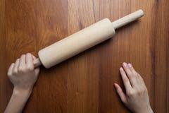 Rouleau en bois, pâte femelle de roulement de cuisinier avec la roulement-goupille Closeu Photographie stock