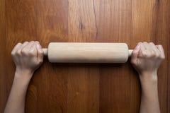 Rouleau en bois, pâte femelle de roulement de cuisinier avec la roulement-goupille Closeu Images libres de droits