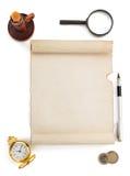 Rouleau et approvisionnements de parchemin sur le blanc Photographie stock