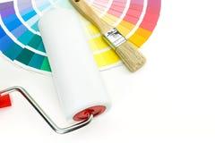 Rouleau et brosse de peinture sur la palette Photos libres de droits
