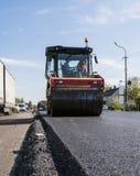 Rouleau lourd de vibration au trottoir d'asphalte travaillant au nouveau site de construction de routes réparation photo libre de droits