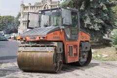 Rouleau tandem, réparation de route sur la rue de Gogol dans Pyatigorsk, Russie Image stock