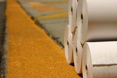 Rouleaux blancs de papier d'imprimerie sur un embarcadère images stock