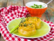 Rouleaux de carotte de pâte bourrés de la viande Photos libres de droits
