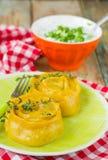 Rouleaux de carotte de pâte bourrés de la viande Photographie stock