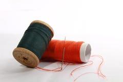 rouleaux de coton sur le blanc Photographie stock
