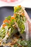 Rouleaux de ressort crus de saumons fumés et de crevette dans le restaurant Photos libres de droits