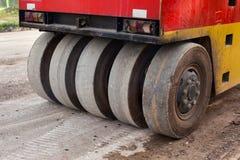 Rouleaux de route pendant les travaux de tassement d'asphalte Photos stock