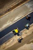 Rouleaux de route travaillant sur la vue aérienne de chantier de construction Image libre de droits