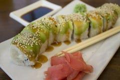 Rouleaux de sushi de saumons dans un café sur la côte Image libre de droits