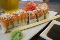 Rouleaux de sushi de saumons dans un café sur la côte Photographie stock libre de droits