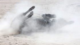 Roulement adulte d'âne dans le sable images libres de droits