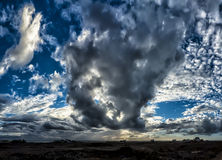 Roulement d'orage dans au-dessus de l'Océan Atlantique Photo stock