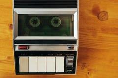 Roulement de bande de cassette sonore dans le joueur de cru image stock