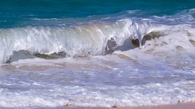 Roulement de bordage de vague sur une plage tropicale image stock