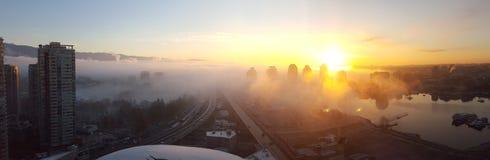 Roulement de brouillard de matin dans au-dessus de Vancouver photographie stock libre de droits